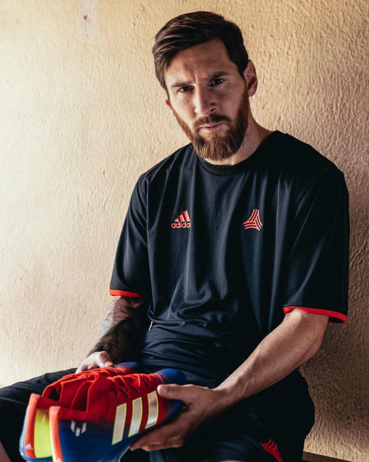 FC Barcelona  Messi lucirá el azulgrana también en sus botas  8576d86fa64
