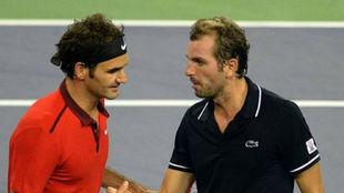 Federer se saluda con Benneteau
