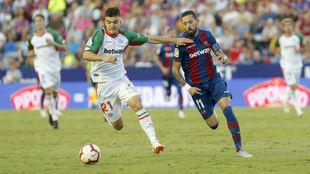 Martín, con Morales en el partido ante el Levante.