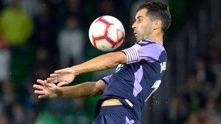 Javi Moyano controla un balón en un partido.