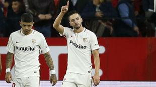 Banega y Sarabia celebran un gol del Sevilla.
