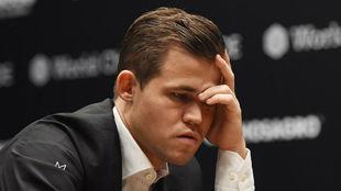 Magnus Carlsen medita un movimiento en la cuarta partida.