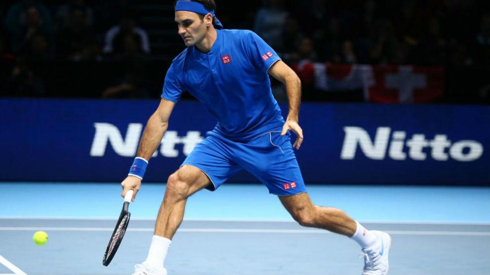 Federer devuelve una pelota a media pista