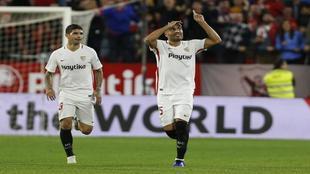 Gaby Mercado celebra un gol junto a Banega.