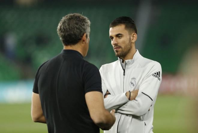 Dani Ceballos habla con Marcos Álvarez en el Villamarín.