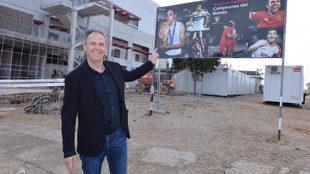 Joaquín Caparrós señala un cartel en la Ciudad Deportiva.