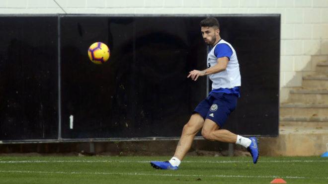 Piccini centra un balón en la sesión de este miércoles en Paterna.