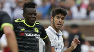 Bertrand Traoré, durante su etapa en el Chelsea, junto a Marco...