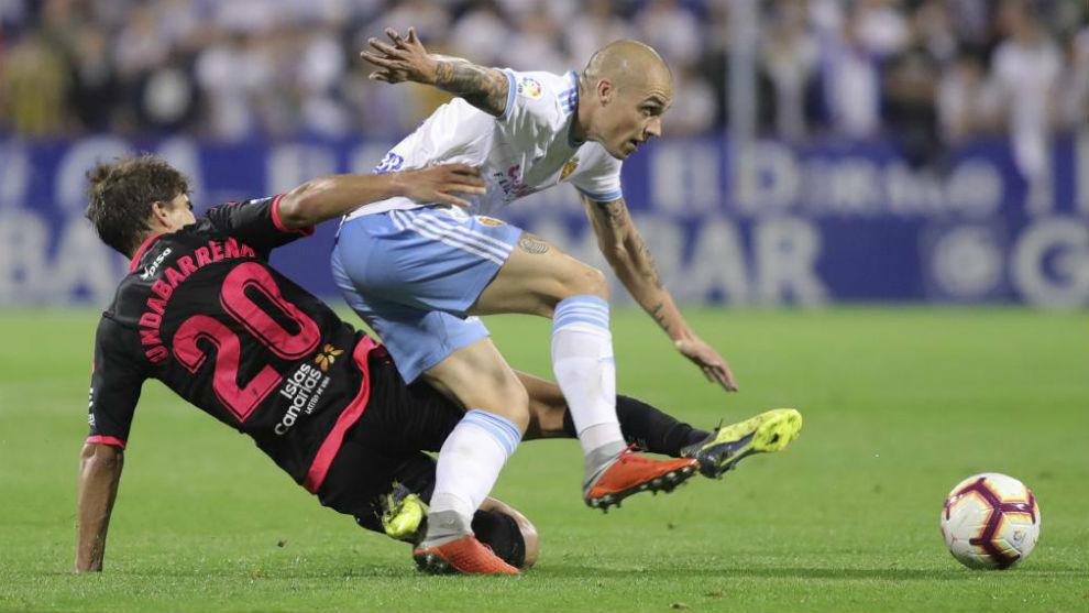 Pombo disputa un balón en un partido en La Romareda.