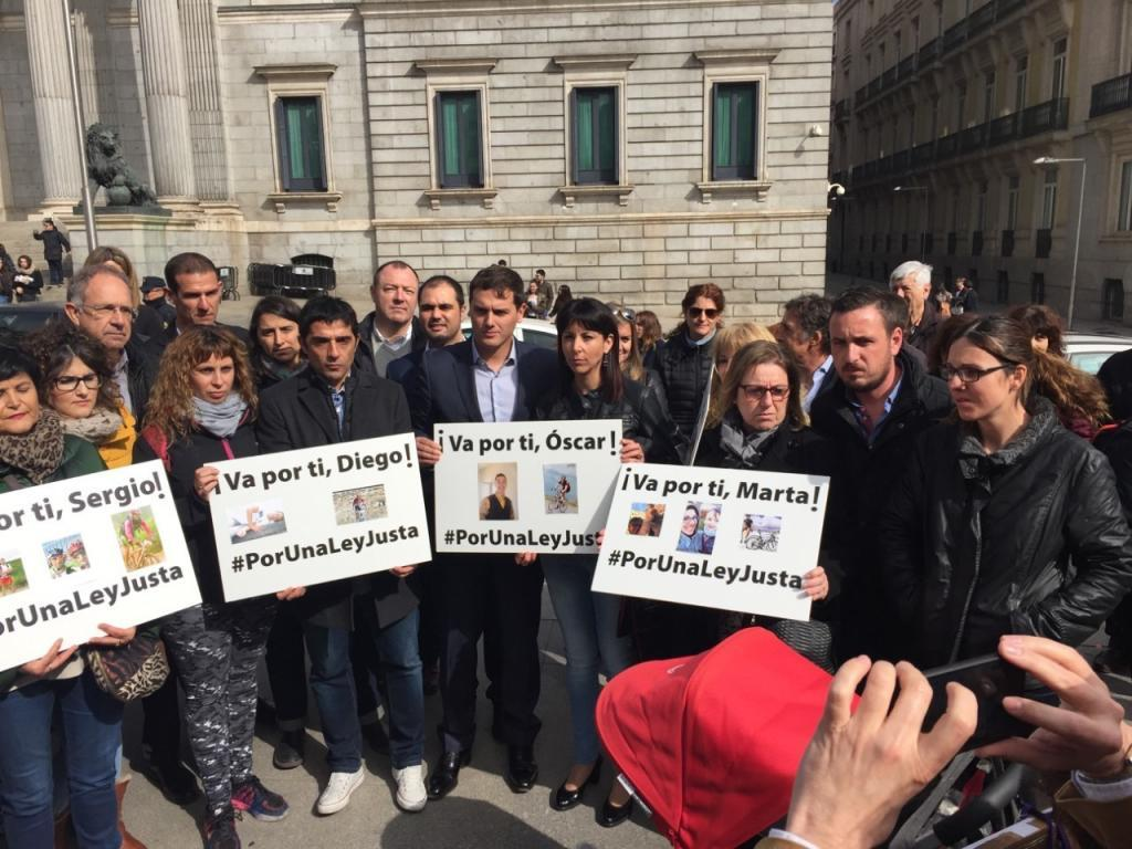 Víctimas, deportistas y políticos frente al Congreso de los...