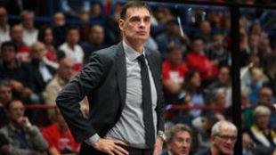 Georgios Bartzokas dirigiendo al Khimki en la Euroliga