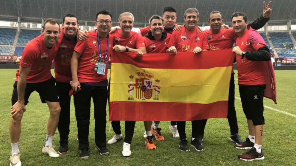 López Caro celebra el ascenso junto a su 'staff' técnico.
