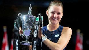 Agnieszka Radwanska con el trofeo que la acredita como campeona de las...