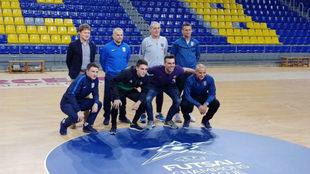 Los capitanes y entrenadores de los cuatro equipos participantes posan...