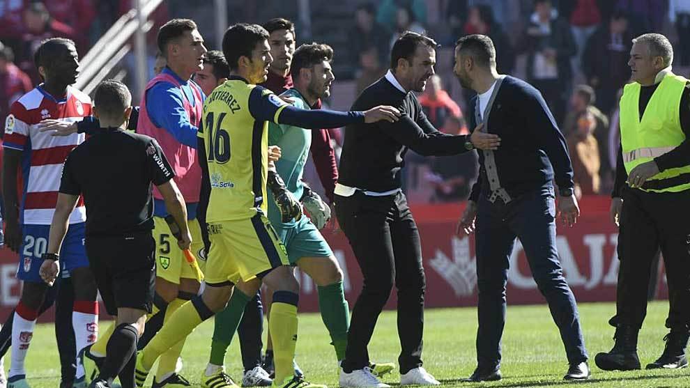 López Garai sujeta a Diego Martínez tras el Granada-Numancia