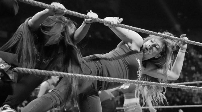 Instante en el que Becky Lynch golpea, ya con la nariz rota.