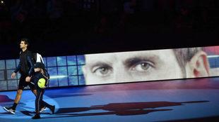 Novak Djokovic camino de la pista para su partido ante Alexander...