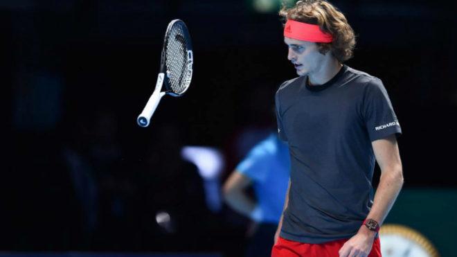 Alexander Zverev juega con su raqueta tras perder un punto ante...