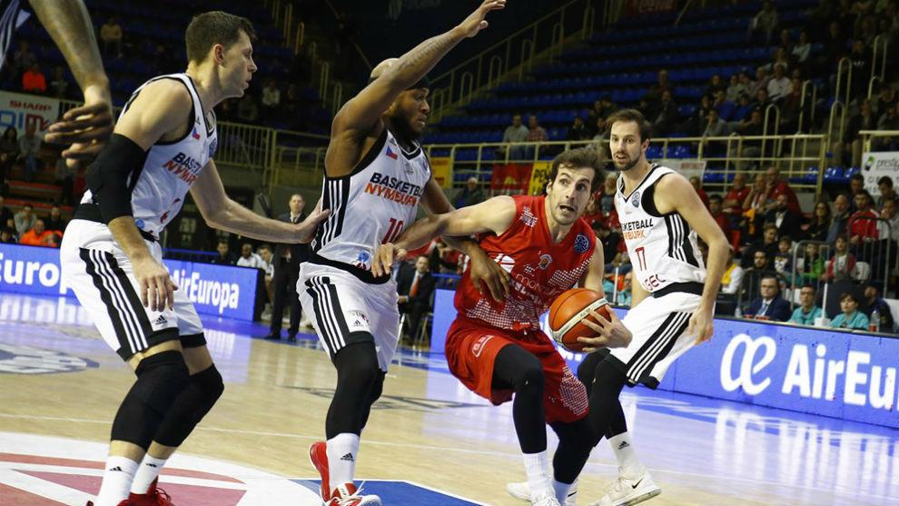 Tomas Bellas conduce el balón rodeado por tres jugadores del Nymburg.