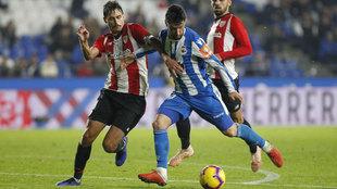 Borja Valle y Ander Iturraspe pelean un balón durante el...