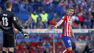 Gabi conversando con Oblak durante un partido con el Atlético.