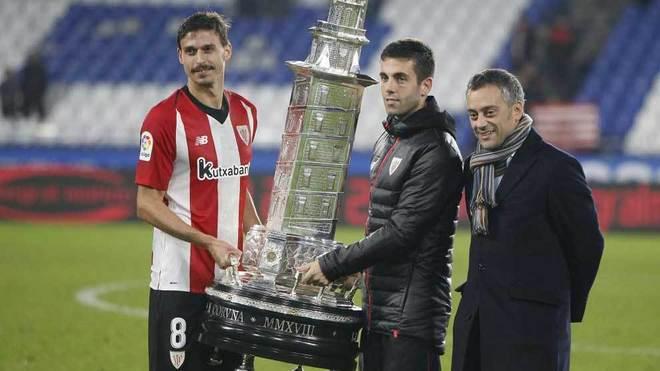 Susaeta e Iturraspe sostienen el trofeo Teresa Herrera.