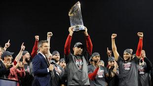 Alex Cora conquistó la Serie Mundial en su primer año con los Red...