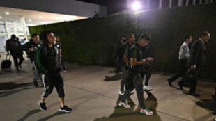 Los jugadores tras descender del avión en el Aeropuerto de Córdoba.