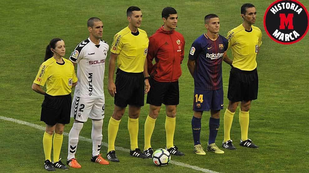Arroyo, posando con el trío arbitral y con el capitán del Barça la pasada temporada