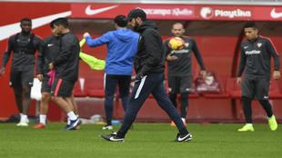 Machín, con sus jugadores al fondo en un entrenamiento.
