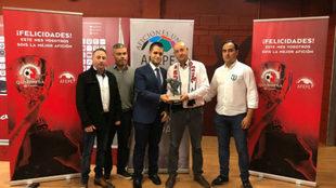 Entrega del trofeo de la Quinipeña de octubre a la Federación de...