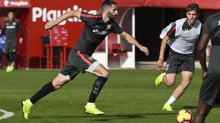 Maxime Gonalons, durante el entrenamiento del Sevilla de esta mañana.