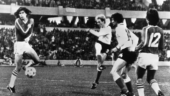 Rummenigge en disparo de gol ante México en Argentina 78