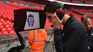 El árbitro Aytekin prueba el VAR en Wembley.