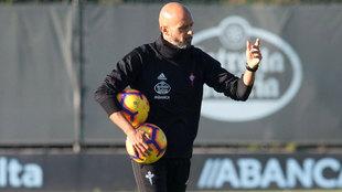 Miguel Cardoso, en acción durante un entrenamiento del Celta de Vigo.