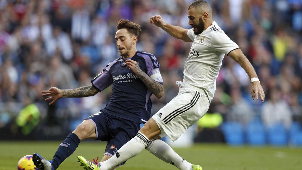 Calero, unto a Benzema, en un partido de esta temporada con el Real...