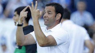 Javi Calleja da instrucciones a sus jugadores durante un partido del...