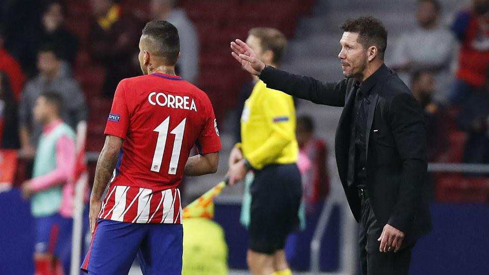 Correa escuchando las indicaciones de Simeone durante un partido.