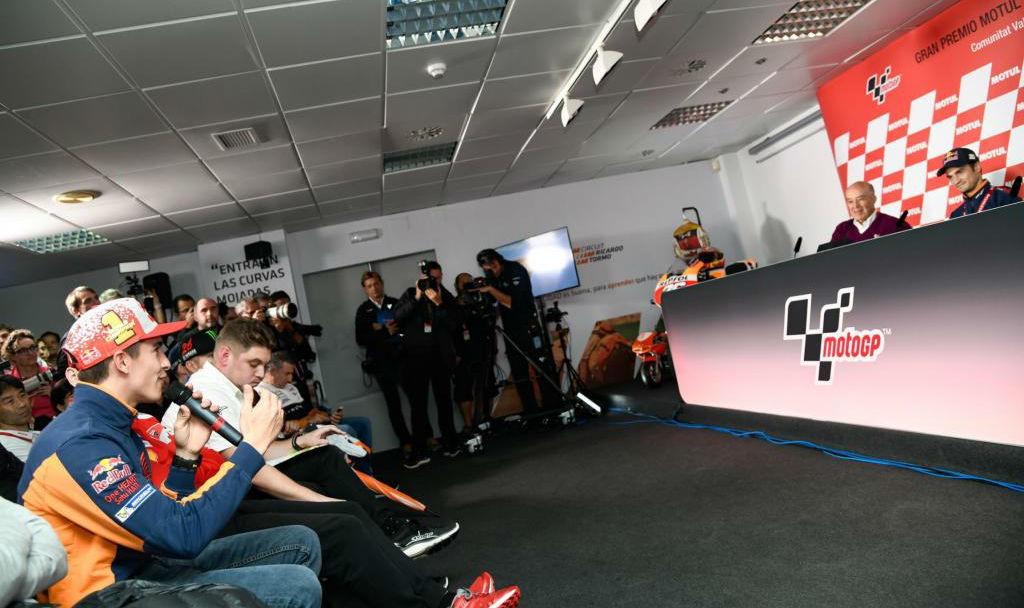 Márquez le hizo una pregunta a Pedrosa, durante la entrega del MotoGP...