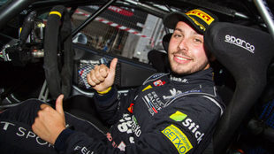 El piloto de Arteixo, al volante de su Peugeot.