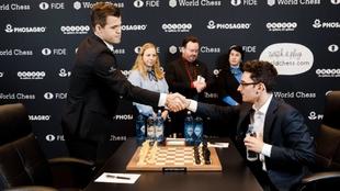 Magnus Carlsen y Fabiano Caruana se saludan en una de sus partidas.