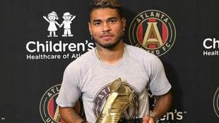 Josef Martínez con el trofeo de Bota de Oro de la MLS.