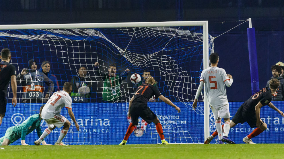 Jedvaj remata a puerta vacía el último gol del partido