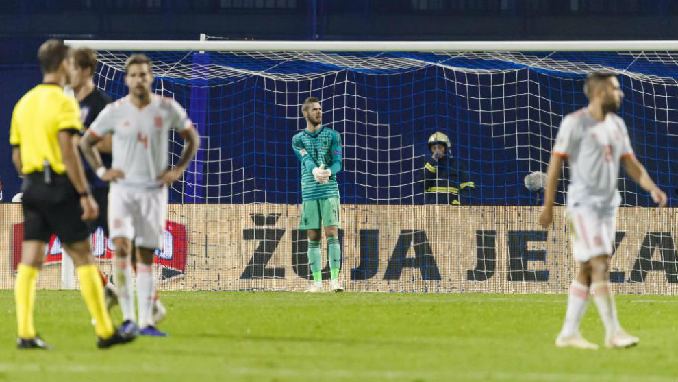 Los jugadores de la selección, tras recibir uno de los goles de Croacia.