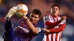 Disputa de balón entre Juan de Alba y Juan Castro.
