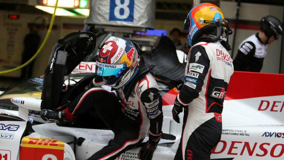 Alonso y Buemi, durante un relevo en China.