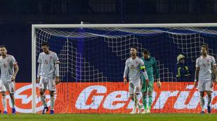 Los jugadores de la selección española se lamenta de un gol encajado...