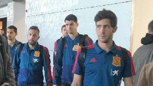 Sergi Roberto, Morata y Jordi Alba en el aeropuerto.