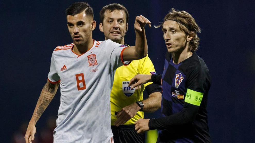 Ceballo y Modric en una disputa durante el partido