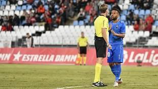 Gus Ledes habla con Pizarro Gómez durante el Almería-Reus